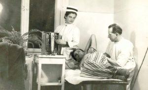 Dr Wyczółkowski podczas zabiegu.